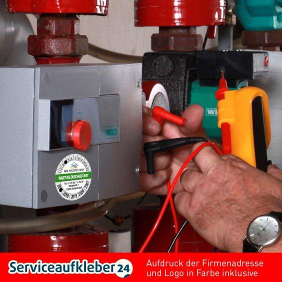 Bild von Prüfplaketten Wartung durchgeführt mit Firmenlogo und Adresse in Farbe auf Bogen aufgeklebt