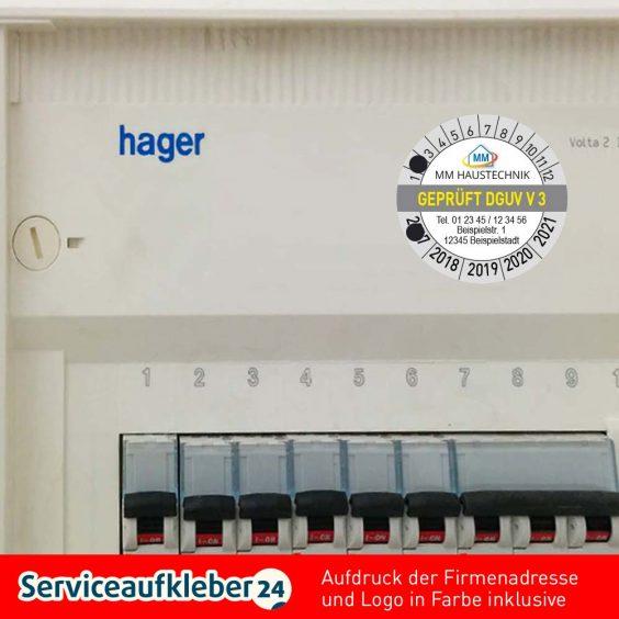 Bild von Prüfplaketten geprüft nach DGUV V3 mit Firmenlogo und Adresse in Farbe aufgeklebt auf Sicherungskasten